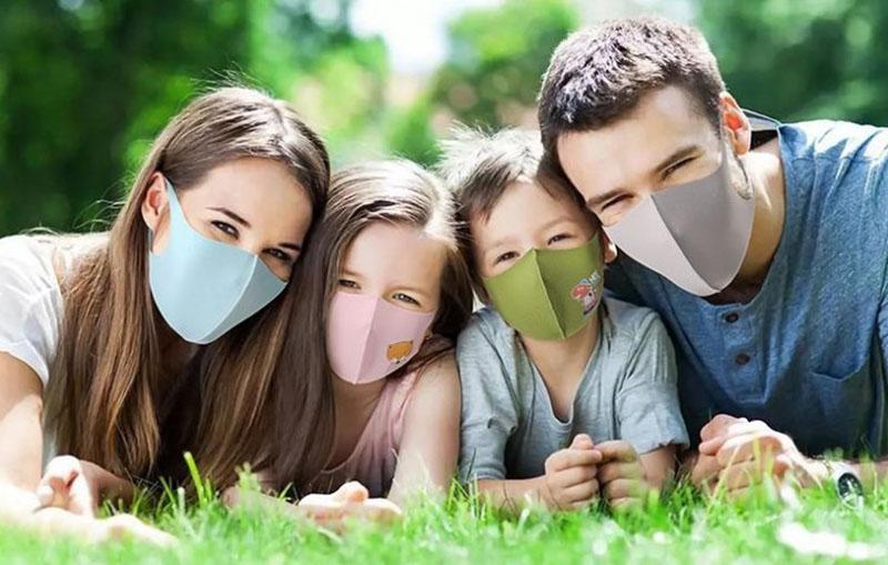 ครอบครัว พ่อ แม่ ลูกชาย ลูกสาว สวมหน้ากากผ้า Ice silk