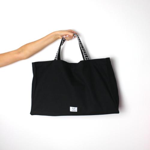 ประเป๋าถุงผ้าสีดำ ที่จับสับลายสีขาว